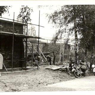 Gevonden in ons archief, de nieuwe blokhut is in aanbouw met op de achtergrond de rijksweg. Wisten jullie trouwens dat wij sinds 1911 in Arnhem actief zijn. Daarmee zijn wij de oudste scoutinggroep van Arnhem en omgeving. #arnhem #arnhemseallee #scouting