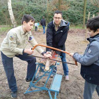 Bij de Scouts stond er vandaag houtvesten op het programma. Na een korte introductie over hakken en zagen mochten ze een eigen vuurtje maken en een gespannen touwtje doorbranden. Nadat dit was gelukt had de leiding nog een verrassing in petto: De Scouts mochten marshmallows gaan roosteren op het vuur. Het was een leuke middag!